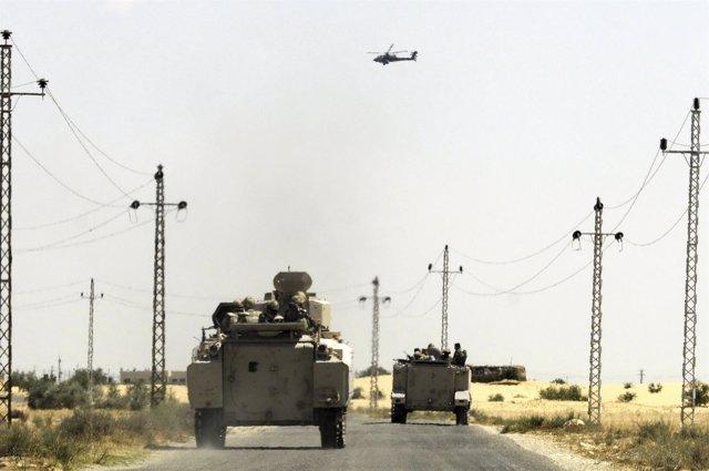 Helicóptero y blindados egipcios en El Arish, Sinaí, Egipto