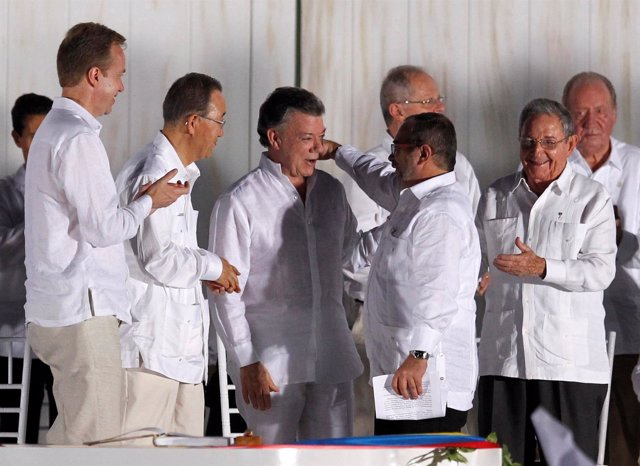 Juan Manuel Santos y Timochenko en firma del acuerdo de paz