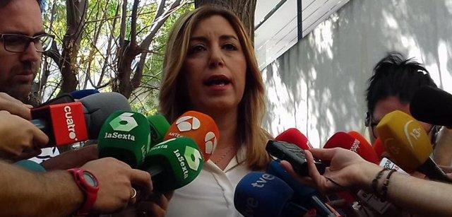 Susana Díaz atiende a los periodistas en Almonte (Huelva)