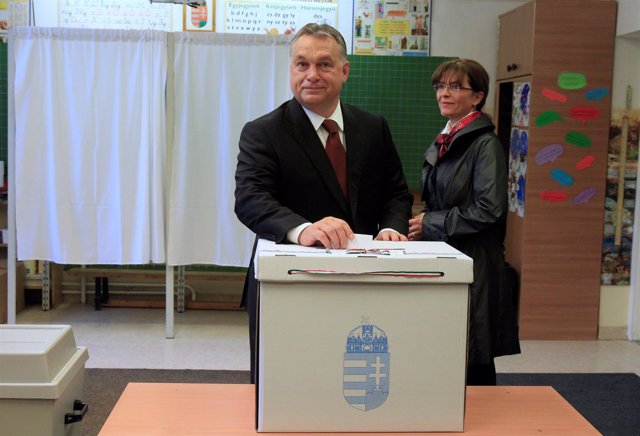El primer ministrode Hungría, Viktor Orban, vota en el referéndum