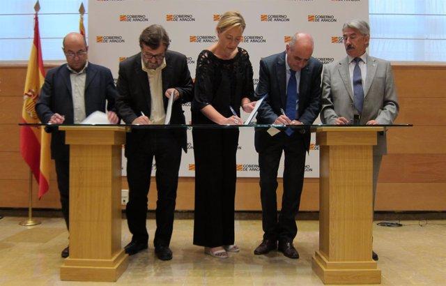 Firma del convenio entre agentes sociales y el Gobierno de Aragón.