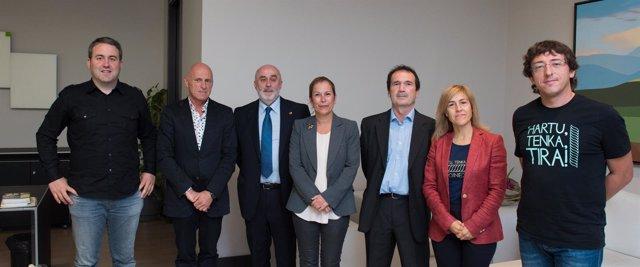 Barkos y el consejero Mendoza con los organizadores del Oinez