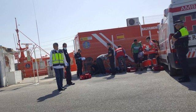 Inmigrantes en el puerto de la Caleta de Vélez-Málaga
