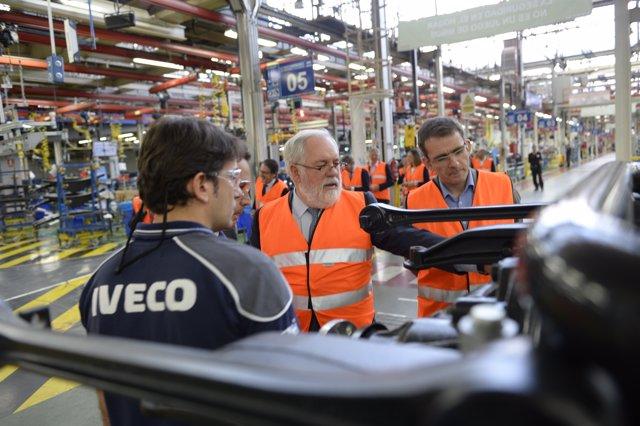Miguel Arias Cañete visita la planta de Iveco en Madrid