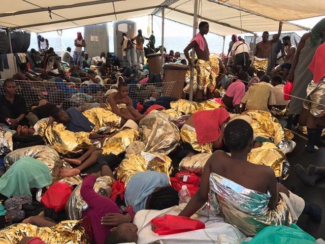 Migrantes y refugiados rescatados por un barco de MSF en el Mediterráneo
