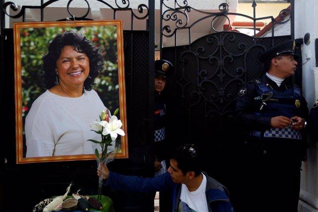 Homenaje a Berta Cáceres en la embajada de Honduras en México