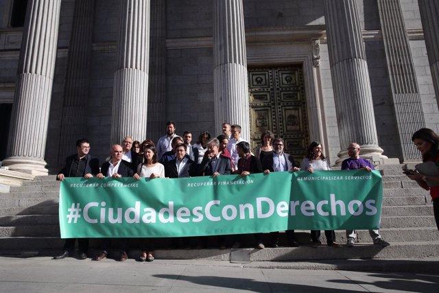 Unidos Podemos protestan en el Congreso por la reforma local del Gobierno