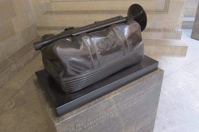 Escultura con la que Samaranch obsequió al Ayuntamiento de Barcelona