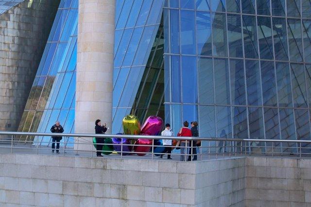 Turistas en el Museo Guggenheim