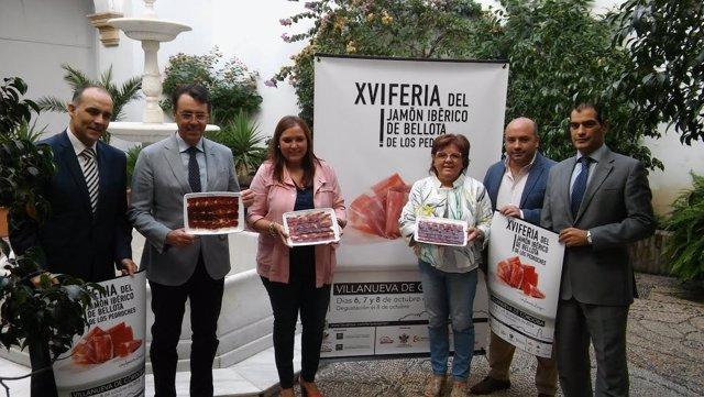 Carrillo (izda.) y Sánchez presentan la XVI Feria del Jamón Ibérico de Bellota