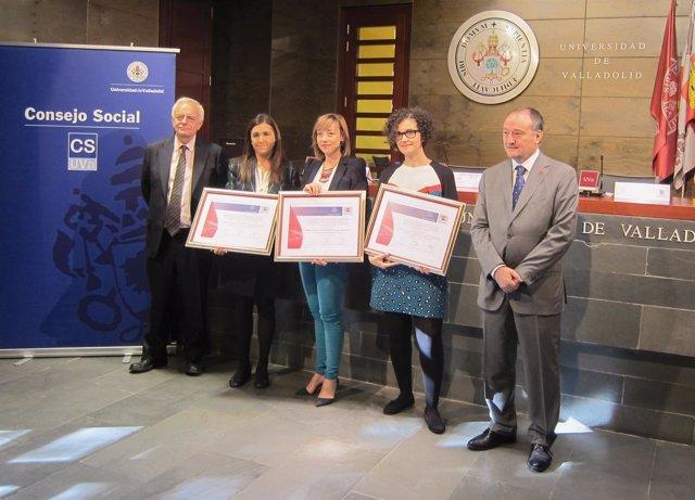 El presidente del Consejo Social, Gerardo Herrero, y el rector con las ganadoras