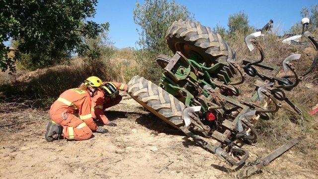 Un hombre fallece al volcar su tractor en Chulilla