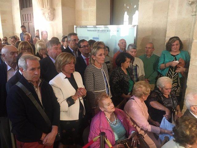 Asistentes a la exposición Guardia Civil en la Catedral de Burgos.