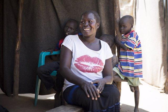 Familia sursudanesa en el campamento de refugiados de Kakuma, en Kenia