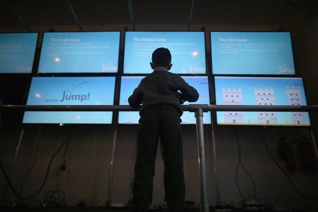 Un niño juega con un ordenador