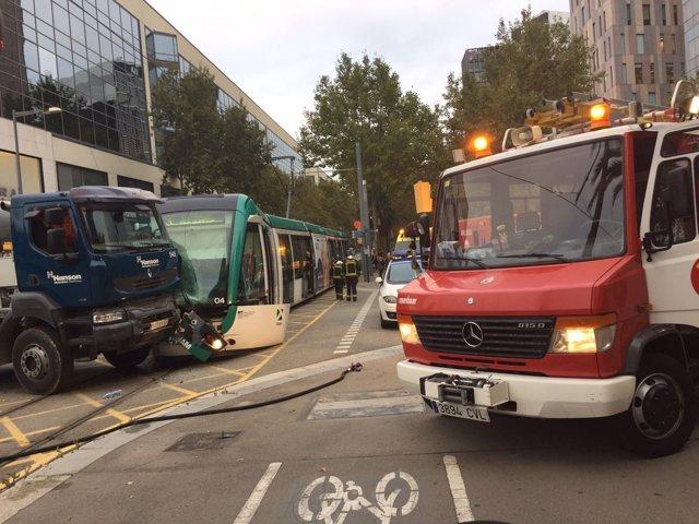 Accidente de un tranvía y un camión en Barcelona