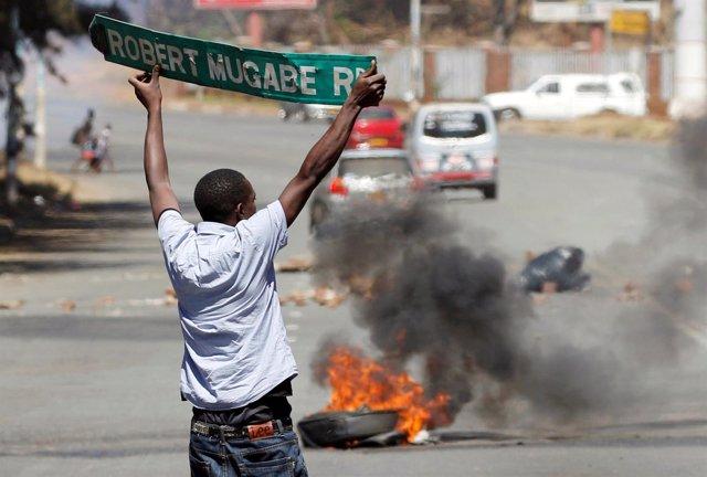 Un manifestante en las protestas contra Mugabe