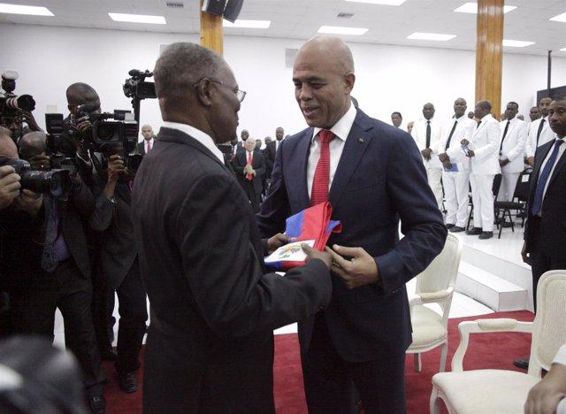 Michel Martelly entrega la banda presidencial