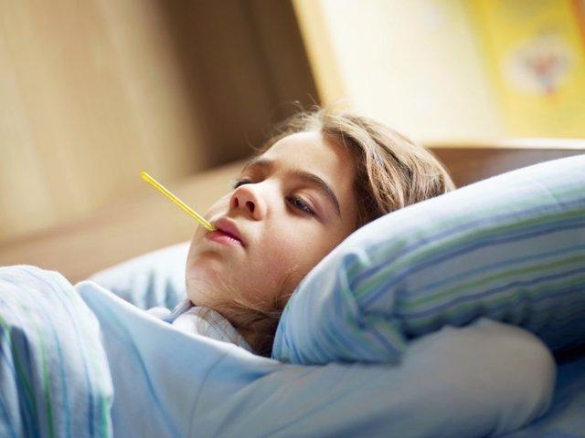 Niña, enferma, gripe, temperatura, termómetro
