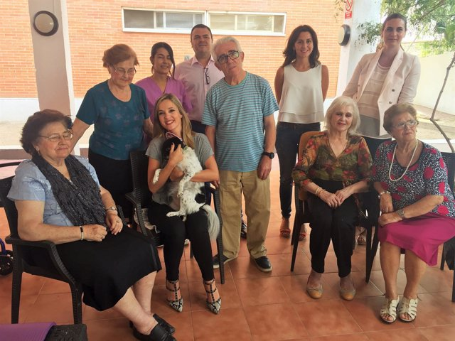 Guijarro con la perrita Manchitas y los mayores