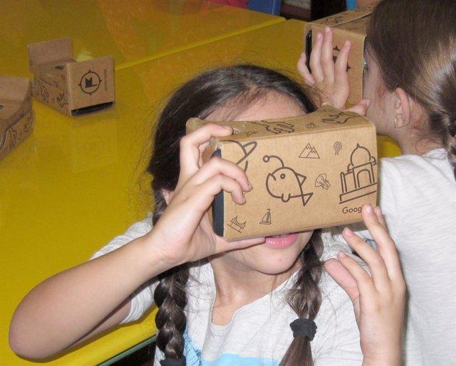 Una niña utiliza la nueva aplicación de Google
