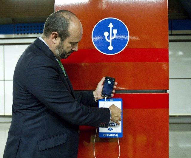 Pedro Rollán probando el sistema de recarga en Metro