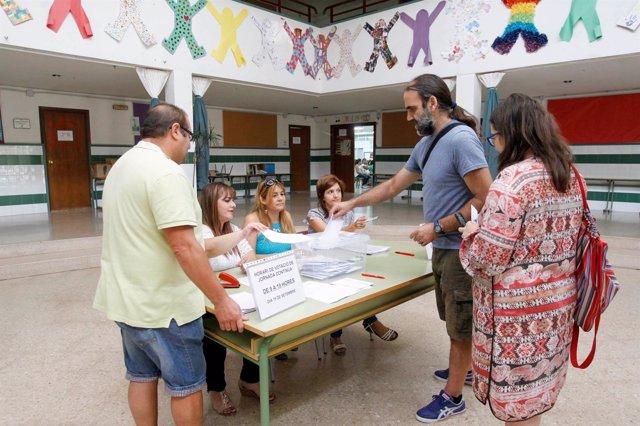 Imagen de la votación sobre la jornada escolar continua en un centro valenciano