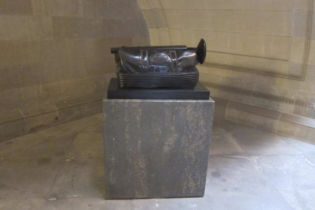 Escultura donada por J.A.Samaranch, tras borrarse su nombre