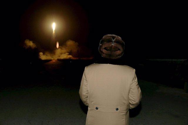 Kim Jong-un, líder de Corea del Norte, observando una prueba balística