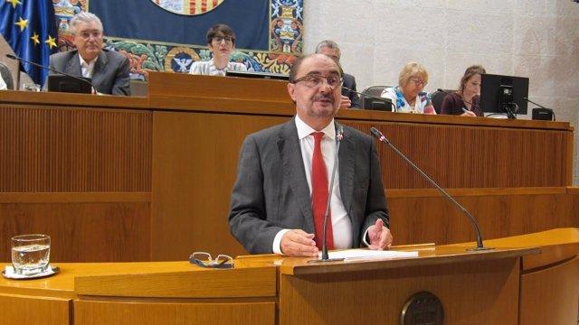 El presidente de Aragón, Javier Lambán, ante el atril de las Cortes de Aragón