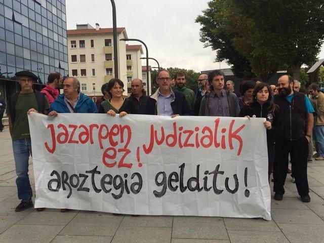 El alcalde y la exalcaldesa concentrados junto a cargos de EH Bildu