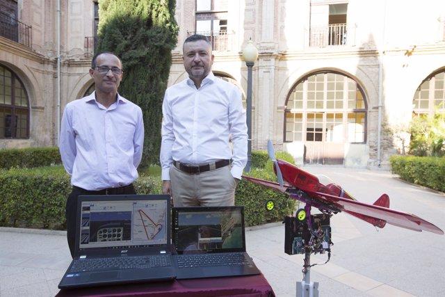 José Antonio Rubio y Andrés Bueno posan con el dron