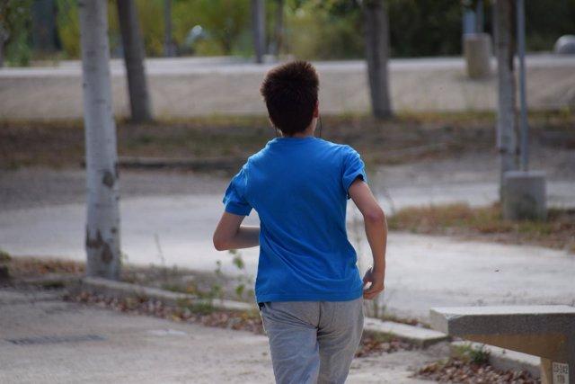 Un joven corredor practica 'running', en el Parque del Agua de Zaragoza.
