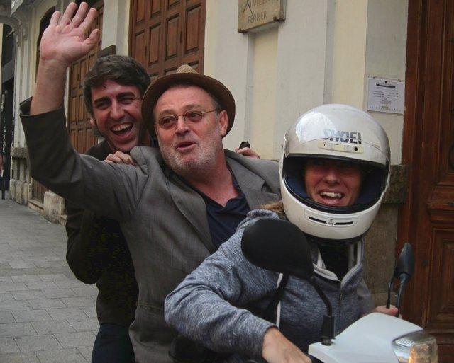 Carbonell (centro) con José Troncoso y una espontánea