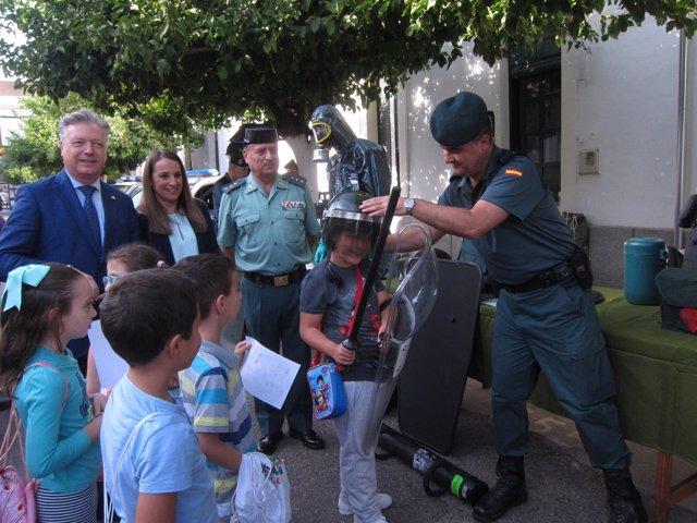 Niños visitan la Comandancia de la Guardia Civil acompañados de autoridades