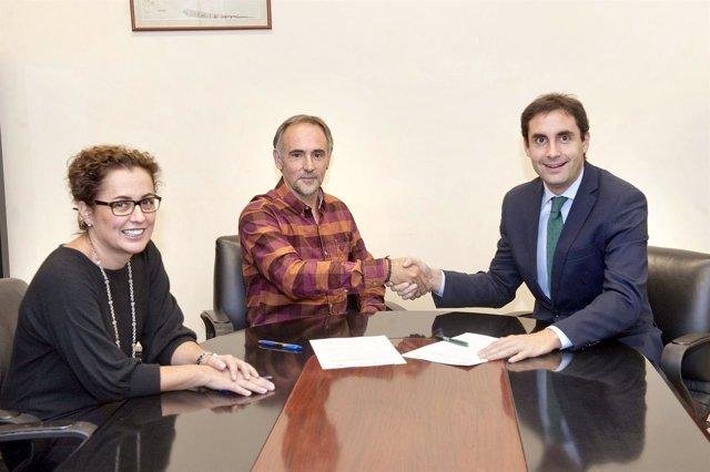Los responsables del Departamento y de Caja Rural tras la firma del convenio.