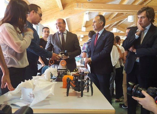 El presidente de la Comunidad visita stands Día de la Persona Emprendedora