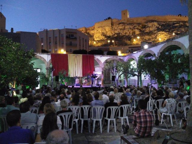 El Patio de los Naranjos, a los pies de la Alcazaba, lugar de la presentación.