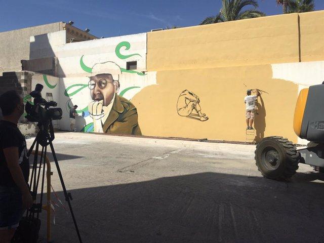 Trabajos en el mural sobre John Lennon, en Carboneras