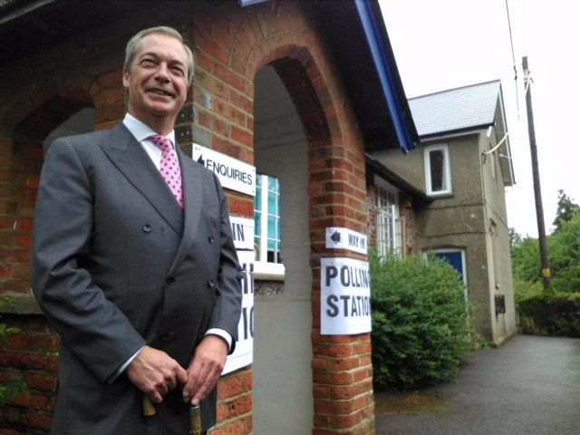 Nigel Farage tras votar en el referéndum del Brexit