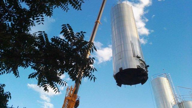 Una grúa carga uno de los silos de Lauki