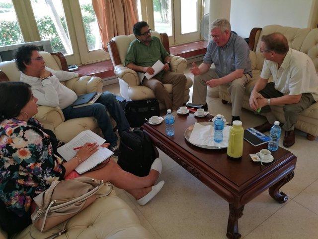 El enviado especial de la UE, Eamon Gilmore, reunido con las FARC