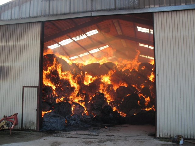 Un incendio destruye una nave en Urdiain que almacenaba paja.