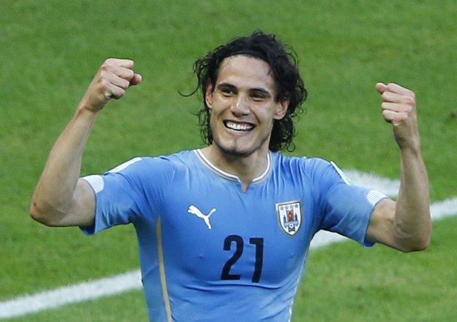 Edinson Cavani celebra un gol con la selección uruguaya