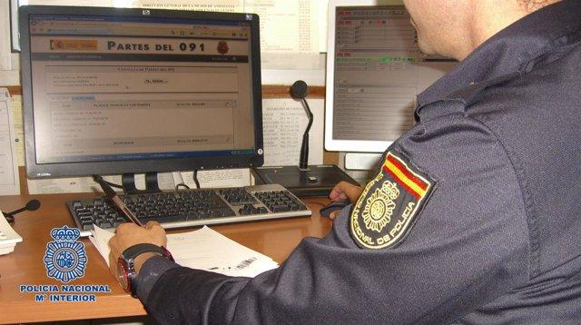 Policía trabajando con su ordenador.