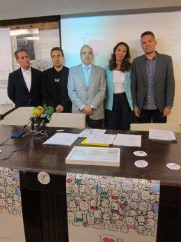 EL vicepresidente segundo de la AEP junto a varios pediatras