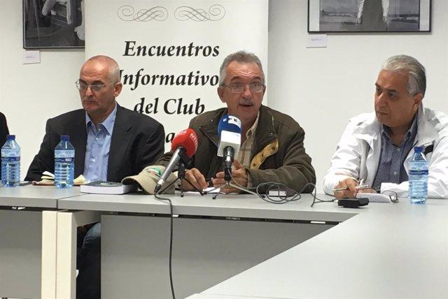 El dirigente de la MUD Carlos Teixeira, acompañado por dos dirigentes opositores