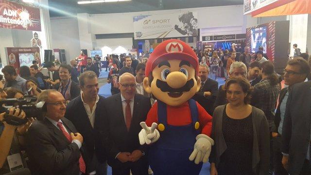 El conseller Jordi Baiget y la alcaldesa Ada Colau en el Barcelona Games World