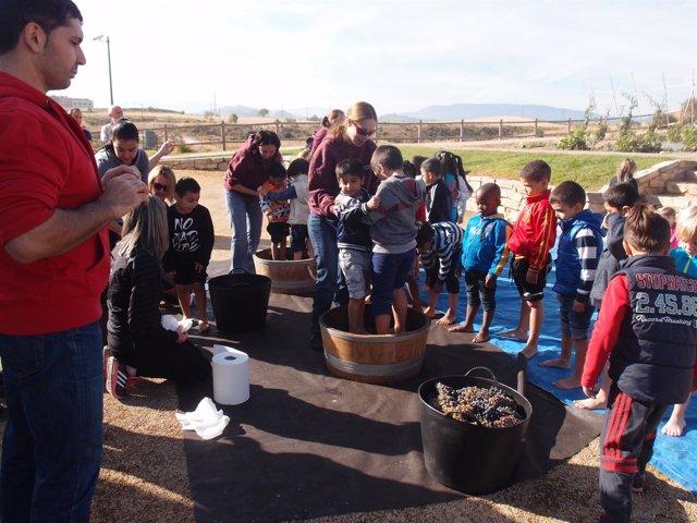 Niños vendimiando en Logroño