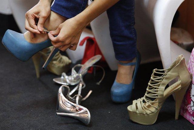 Tacones, mujer con zapatos de tacón